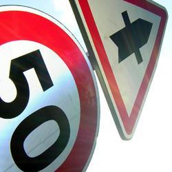 Balises et panneaux routiers